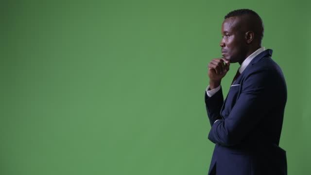 profilvy av unga afrikanska affärsman tänkande - kostym sida bildbanksvideor och videomaterial från bakom kulisserna