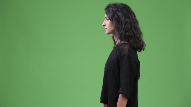 vidéos et rushes de vue de profil de la jeune belle femme avec les longs cheveux ondulés - vue latérale