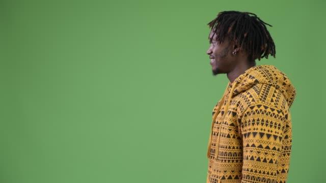 höhenplan der glücklich schönen jungen afrikanischen mann lächelnd - mann bart freisteller stock-videos und b-roll-filmmaterial