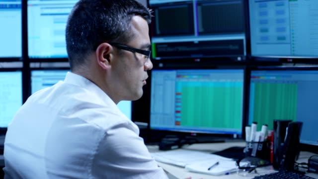 IT-Programmierer arbeiten auf Computern In einem Büroraum. Auf RED EPIC Cinema Kamera in Zeitlupe gedreht. – Video