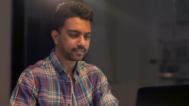 programmer with computer working at night office - hindus filmów i materiałów b-roll