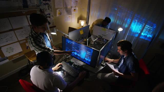 vídeos de stock, filmes e b-roll de programação codificação em estúdio de jogos - composição