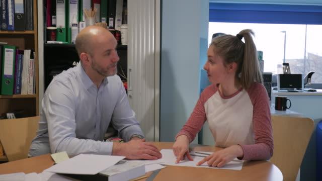 vídeos y material grabado en eventos de stock de reunión de revisión de progreso con su tutor - consejero de la escuela