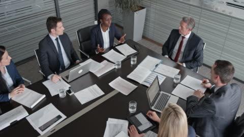 vídeos y material grabado en eventos de stock de analista de proyectos de cs en una reunión con el gerente de proyecto en la sala de conferencias - negocio corporativo