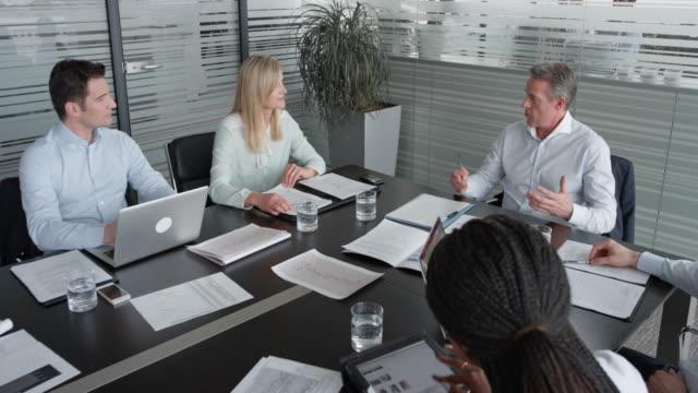 vídeos y material grabado en eventos de stock de jefe de proyecto de cs lleva una reunión con su equipo de colaboradores masculinos y femeninos, asignado al proyecto - zoom meeting