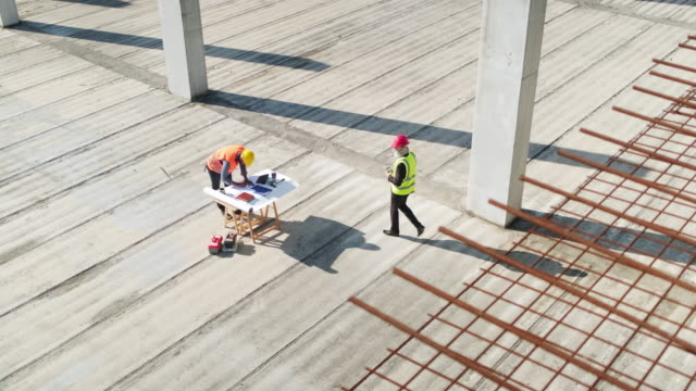 project manager meeting onsite with foreman - spranga video stock e b–roll