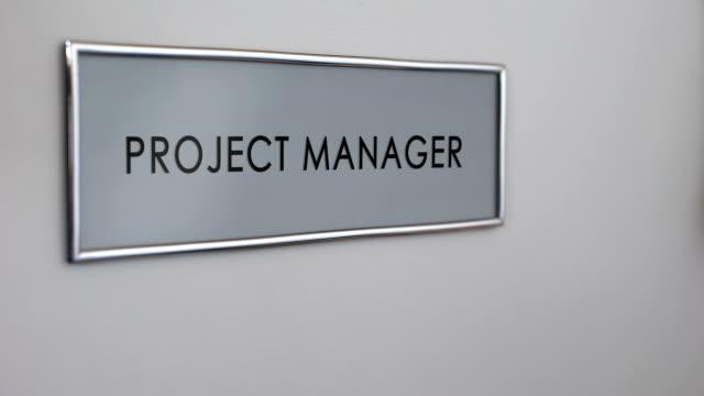 Porte du Bureau de projet gestionnaire, main frapper closeup, élaboration de stratégie d'entreprise - Vidéo
