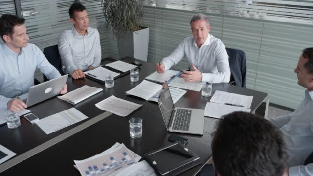 vídeos y material grabado en eventos de stock de jefe de proyecto de cs corriendo de una reunión con el equipo asignado en la sala de conferencias - zoom meeting