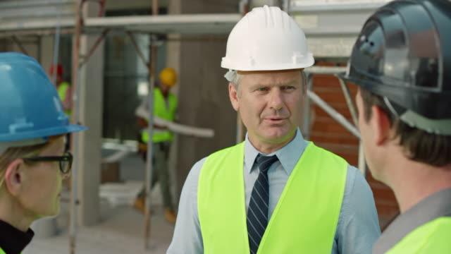 Chef de projet, parler à l'architecte et ingénieur sur le chantier - Vidéo
