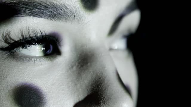 女の子の顔に黒い点と円の投影。 - 人の肌点の映像素材/bロール