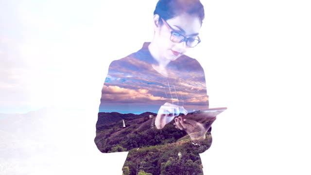 projektion der wolke scape zeitraffer auf eine geschäftsfrau - halbnahe einstellung stock-videos und b-roll-filmmaterial