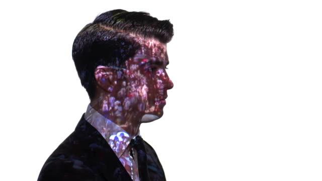 projektion av publiken timelapse på en businessman's ansikte - kostym sida bildbanksvideor och videomaterial från bakom kulisserna