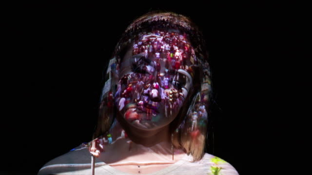 projection of crowd timelapse on a woman's face - proiezione effetto luminoso video stock e b–roll