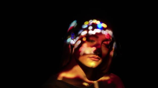 vídeos de stock, filmes e b-roll de projeção de tráfego desfocado luzes no rosto de uma mulher - surreal