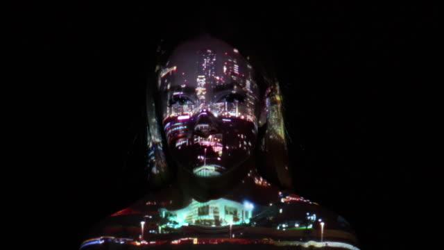 迪拜市投影燈在一個女人的臉上 - 投射 個影片檔及 b 捲影像