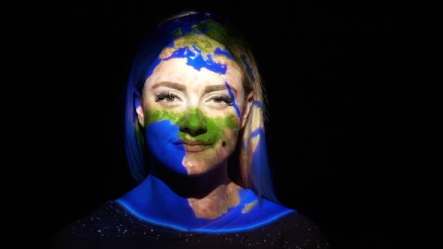 地球在女人臉上的投影 - 投射 個影片檔及 b 捲影像