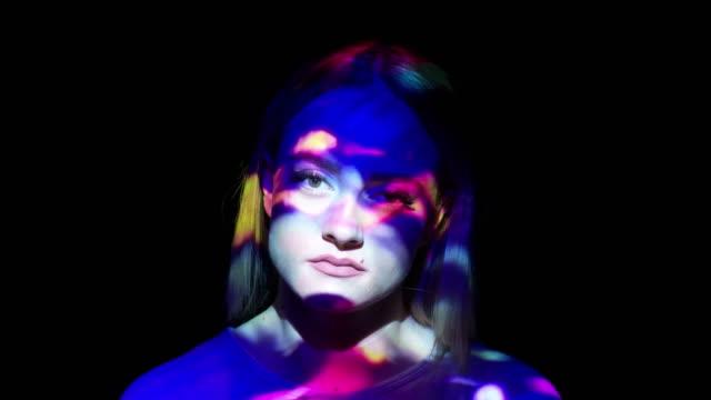 多彩多姿的投影燈在一個女人的臉上 - 投射 個影片檔及 b 捲影像