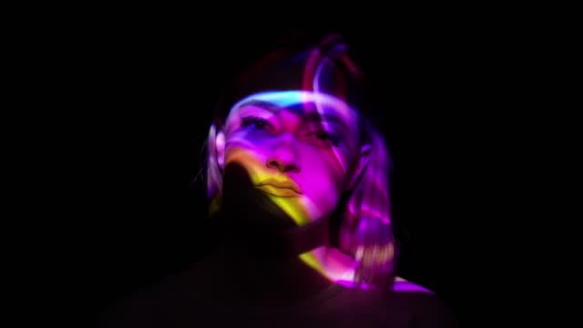 一個女人的臉上的五彩煙的投影 - 投射 個影片檔及 b 捲影像