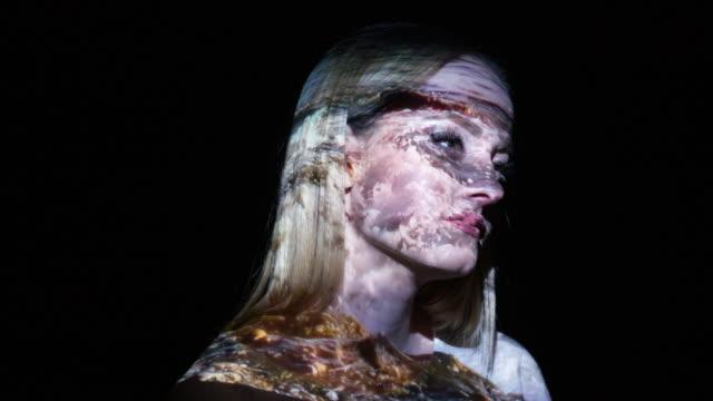 vidéos et rushes de projection des vagues de la mer sur le visage d'une femme - femme seule s'enlacer