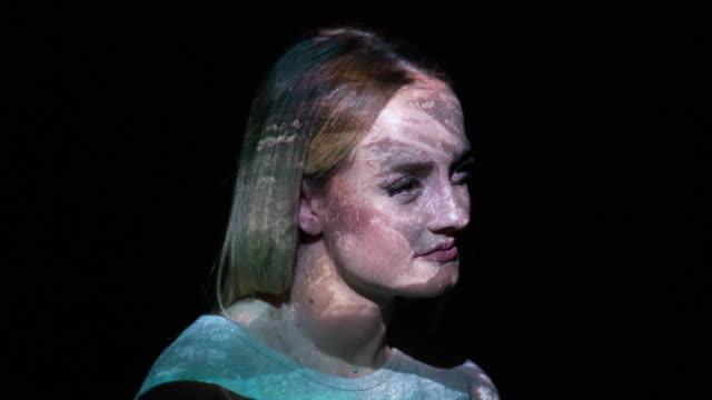 游泳的人,一個女人的臉上的投影 - 投射 個影片檔及 b 捲影像