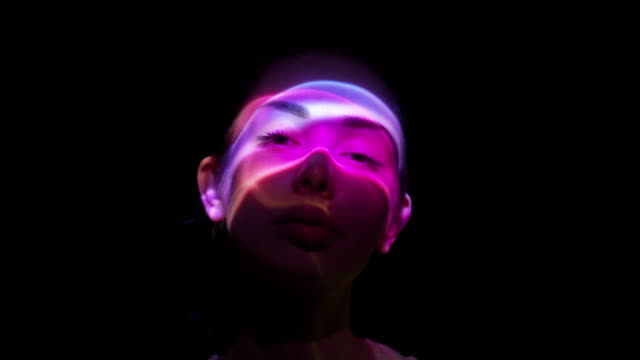 投射在女人的臉上 - 投射 個影片檔及 b 捲影像