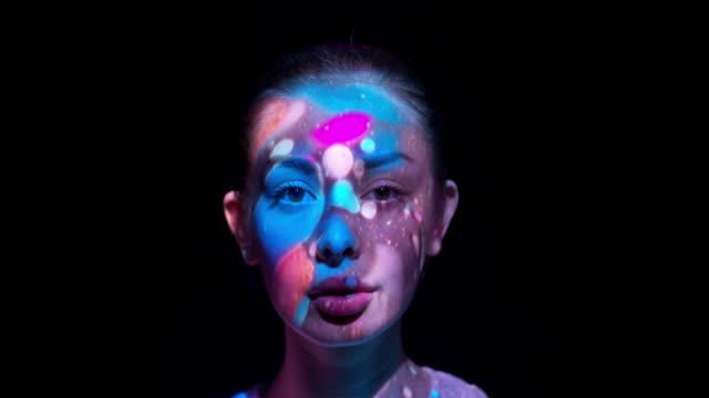 projektion på kvinnans ansikte - föreställningsförmåga bildbanksvideor och videomaterial från bakom kulisserna