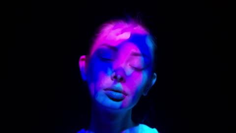 vídeos de stock e filmes b-roll de projection on a woman's face - escuro