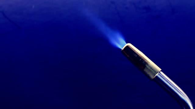 vídeos de stock e filmes b-roll de propano torch - inflamável