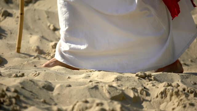 prophet beine gehen auf sand, nach jesus glauben, religiöse bekehrung - ewigkeit stock-videos und b-roll-filmmaterial