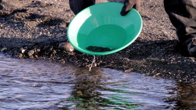 prospector gold waschen hd - gold waschen stock-videos und b-roll-filmmaterial