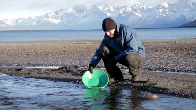 prospector goldwaschen in alaska hd - gold waschen stock-videos und b-roll-filmmaterial