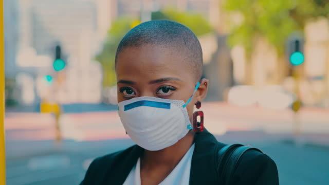 stockvideo's en b-roll-footage met bescherm jezelf in de stad - mondkapje