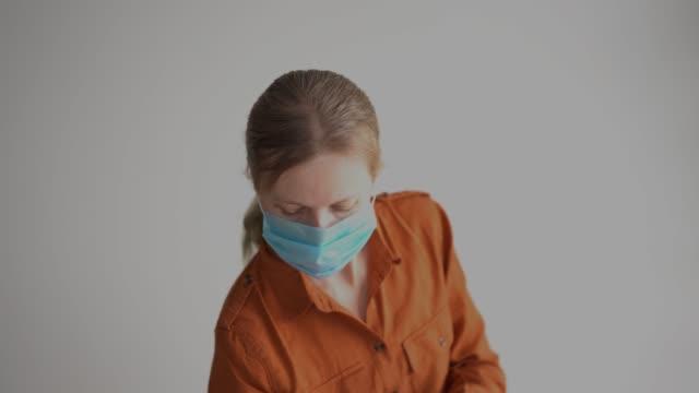 skydd mot coronavirus. maskerad kvinna behandlar händer med antiseptisk - resistance bacteria bildbanksvideor och videomaterial från bakom kulisserna