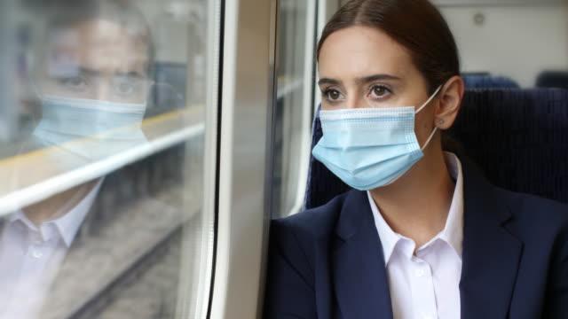기차에 착용 보호 마스크. 여행에 젊은 여자. - 동작 정지 스톡 비디오 및 b-롤 화면