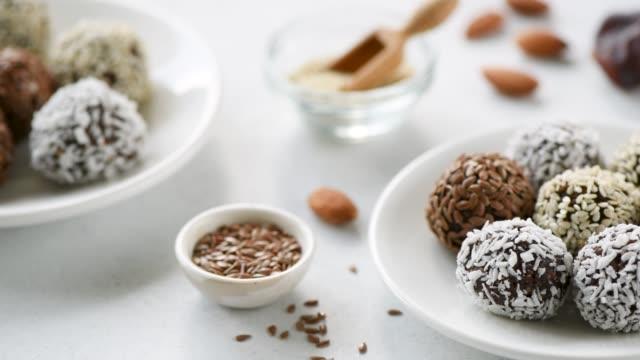 vídeos de stock, filmes e b-roll de doces vegan das esferas da energia da proteína - dieta paleo