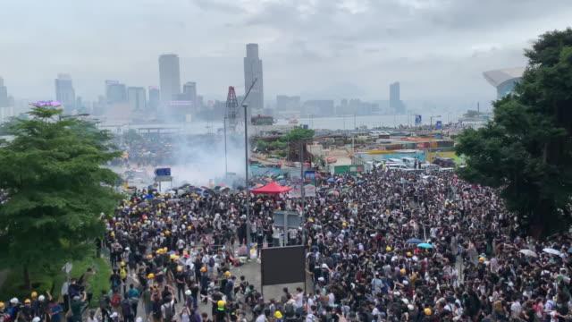 protest gegen umstrittenes auslieferungsgesetz - fülle stock-videos und b-roll-filmmaterial