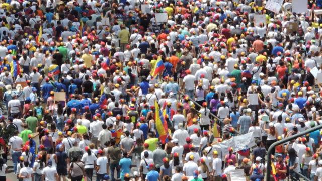 proteste in venezuela für bewegungsfreiheit - kommunismus stock-videos und b-roll-filmmaterial