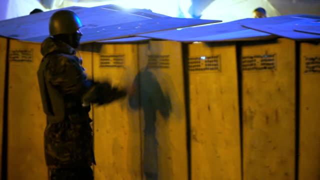 manifestanti treno con protezioni su euromaidan-febbraio 2014 - ucraina video stock e b–roll