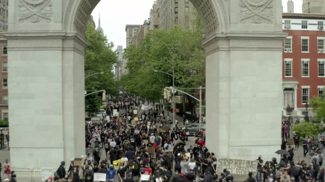 stockvideo's en b-roll-footage met demonstranten overvol onder washington square park boog in new york city - boog architectonisch element