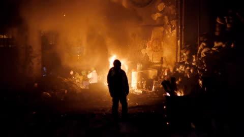 vidéos et rushes de protestations de kiev-militants réchauffez-vous près du feu - ukraine