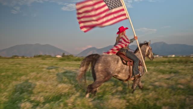 vidéos et rushes de fier cow-girl américaine avec cheval en utah - patriotisme