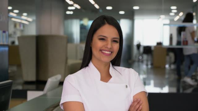Stolze Eigentümer von einem Friseursalon, Blick auf die Kamera zu Lächeln – Video