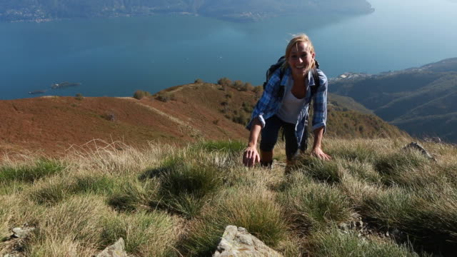 vídeos de stock e filmes b-roll de orgulhoso sapatos de atingir o topo da montanha - lago maggiore