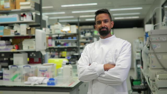 vídeos y material grabado en eventos de stock de investigador médico orgulloso - scientist