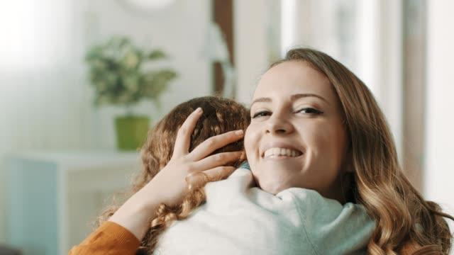 Stolze Mutter umarmt Tochter – Video