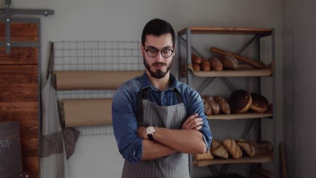 vidéos et rushes de fier de son entreprise de boulangerie - boulanger