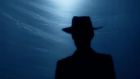 vidéos et rushes de prise de maniaque psycho chapeau, menaçant la victime avec tranchant hache, fou meurtrier - chapeau