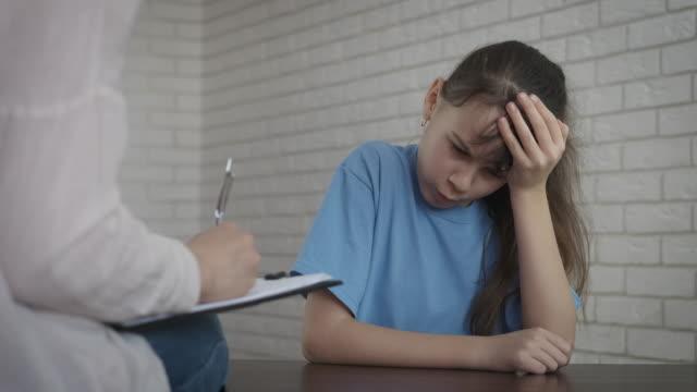 psychologische kinderhilfe. - patientin stock-videos und b-roll-filmmaterial