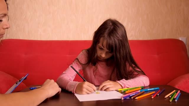 vídeos y material grabado en eventos de stock de psicólogo con una niña - profesional de salud mental