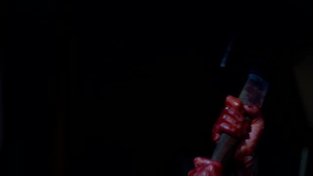 vidéos et rushes de victime de hacher psychopathe avec ax, crime terrible, arme du crime sanglant - meurtre
